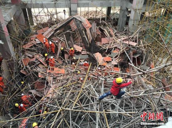 云南一在建大楼脚手架坍塌13人被埋
