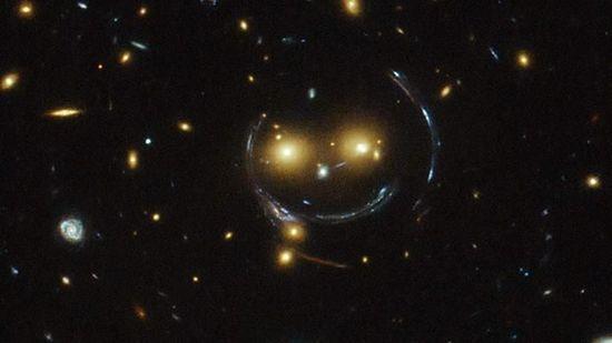 """哈勃望远镜拍到宇宙""""笑脸""""(图)"""