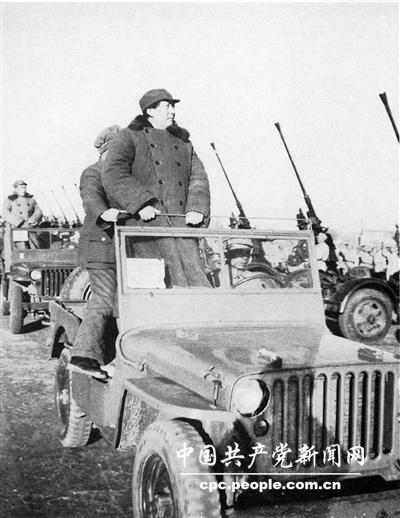 1949年3月党中央移驻北平,毛泽东乘美式吉普车在西苑检阅部队(这是我军最高统帅在解放战争史上惟一的一次阅兵,也可说是半年后所举行的开国大典阅兵式的一个预演)