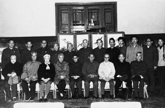 全国政协直属委员学习组委员与工作人员合影。(1982年)