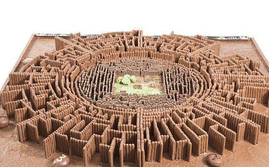 用4620根巧克力棒和10公斤的比利时巧克力制作的迷宫。