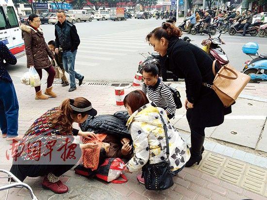 七旬老人等出租车时突然摔倒 热心市民伸援手(图)