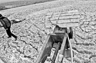 """距离静宁饮用水生命线""""甘泉调水""""仅五公里,前一年生产的废渣仍散发酸臭"""