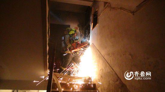 根据现场情况,指挥员立即组织人员对防盗门进行破拆。