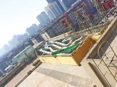 郑州一小区楼下餐馆做饭居民家电源插孔冒烟