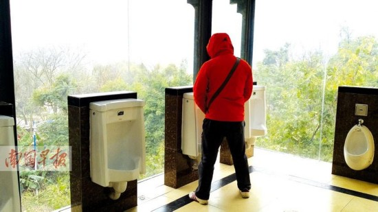 """广西桂林""""透明厕所""""开放 游客:风景不错能接受"""