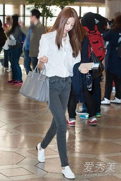 长袖白衬衫搭配高腰紧身牛仔裤和白色小皮鞋,极简造型非常适合崔