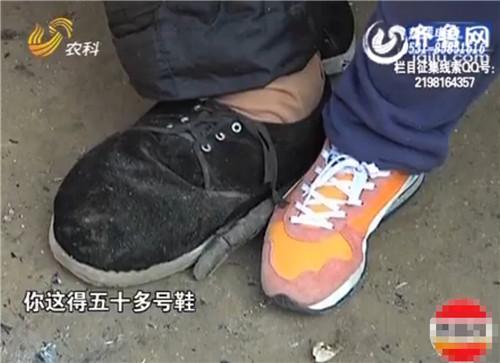 """""""徐大个""""的脚大于常人,鞋子都是母亲亲手缝的。(视频截图)"""