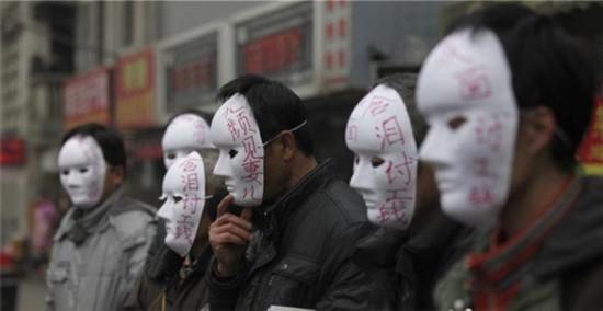 """农民工讨薪频出""""奇招"""" """"恶意欠薪入刑""""受冷落"""