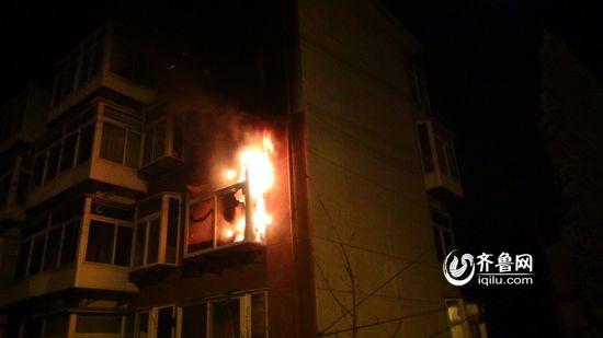 着火的位置在4楼,从窗口处就可以看到猛烈燃烧的火焰。