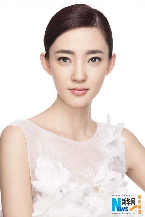王丽坤拍广告尽展温婉娴静之美 面容姣好淡雅
