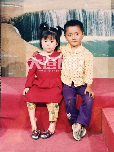 江苏2小孩童年偶然合影 23年后重逢结婚(图)