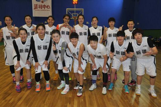 新疆天山女子职业篮球队全体队员(摄于2月10日)。本报记者 姚彤摄