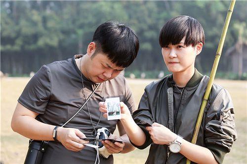 """《奇妙的朋友》李宇春变身摄影师记录长颈鹿""""谈恋爱"""""""