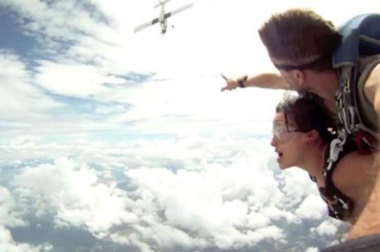 泰国两跳伞者空中险与所搭飞机相撞