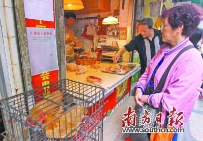 12日,市民在休市前购买活鸡。 吴伟洪 摄