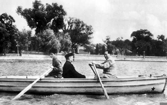 1952年,中南海,毛泽东亲自为程潜划船。