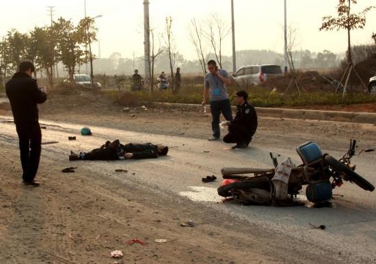 廣西:摩托車行駛中爆炸 駕駛員被炸飛