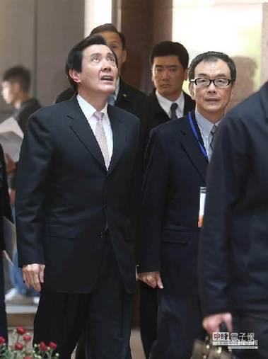 马英九(左)走进大楼时,一度抬头望了一眼
