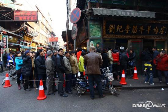 高清组图:春节临近腊牛肉销售火爆 百余人排长队