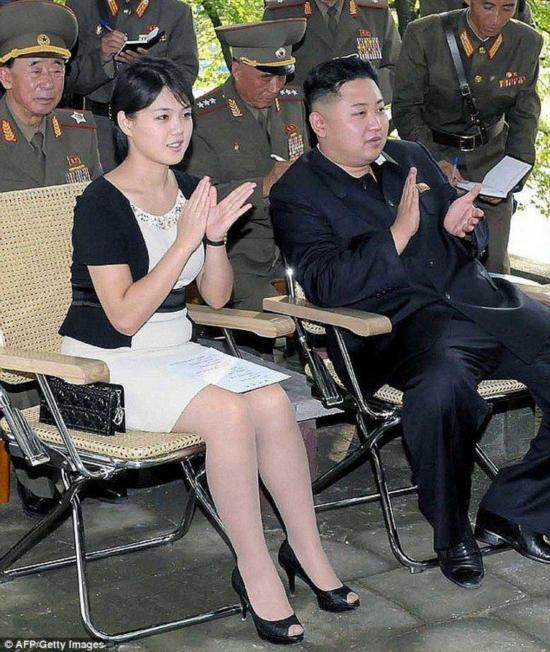 李雪主引领朝鲜时尚 短裙高跟鞋受女性热捧图