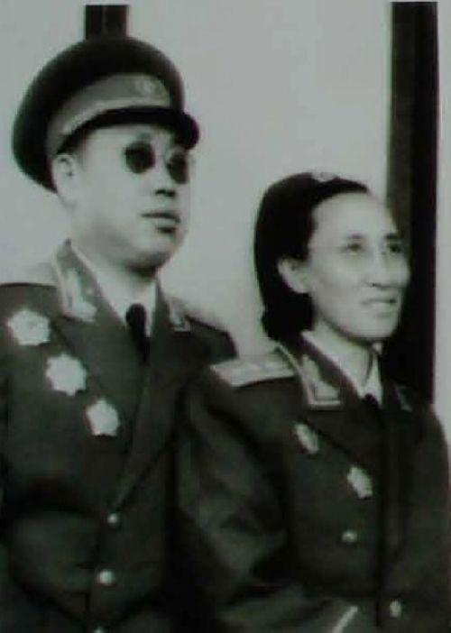 李作鹏在南京军事学院期间与夫人董其采合影
