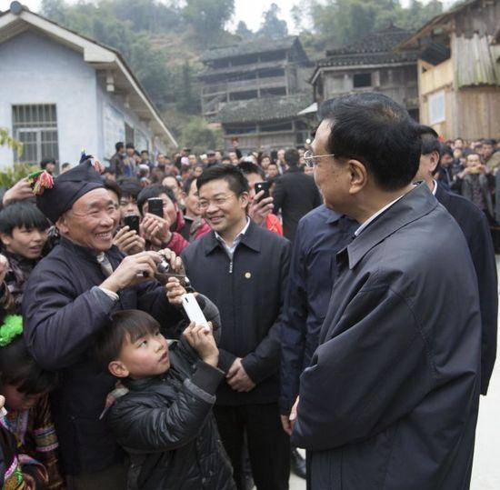 """8岁侗族男孩成""""强粉"""" 举手机一路追拍李克强"""