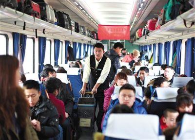 2月9日,北京西开往西宁的T175列车,售货员王磊负责整列火车快餐的售卖,全程21小时他卖出50份盒饭。