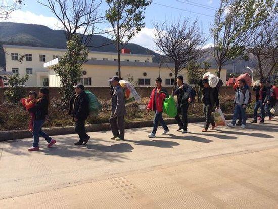 几十名农民工准备从大理徒步回家过年。