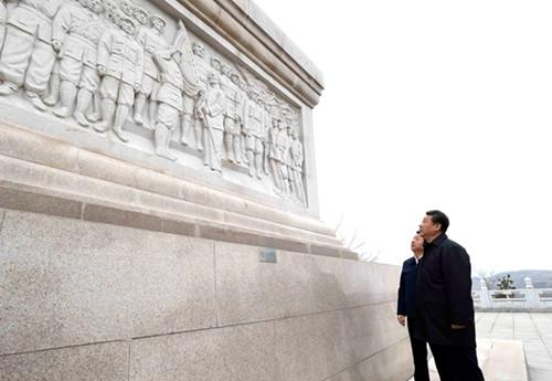 習近平向陝甘邊革命根據地英雄紀念碑敬獻花籃(圖)