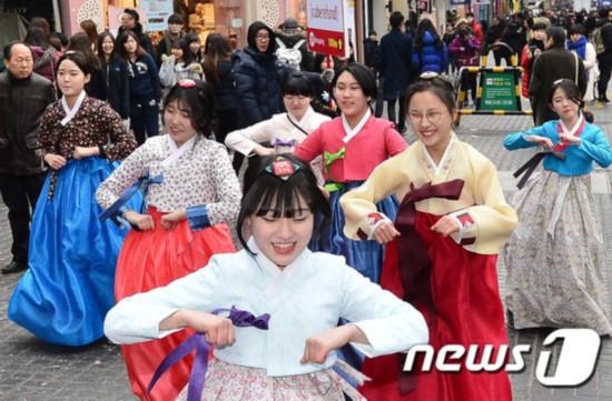 韩高中生情人节在明洞举行快闪活动宣传阿里古文高中名句图片