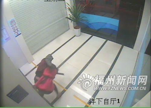 第三幕:蔡某正要将黄琳狠狠摔倒在地。