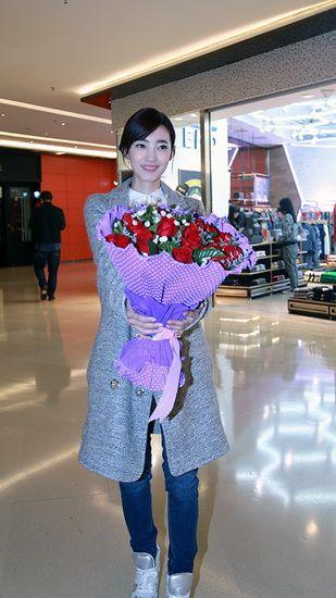 王丽坤情人节变身红娘 助美女表白男友成功