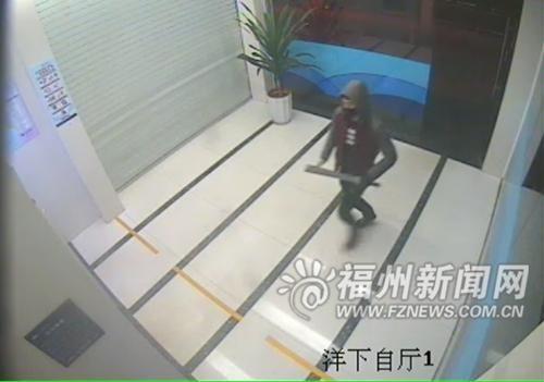 第一幕:蔡某手持大砍刀冲进自助区。