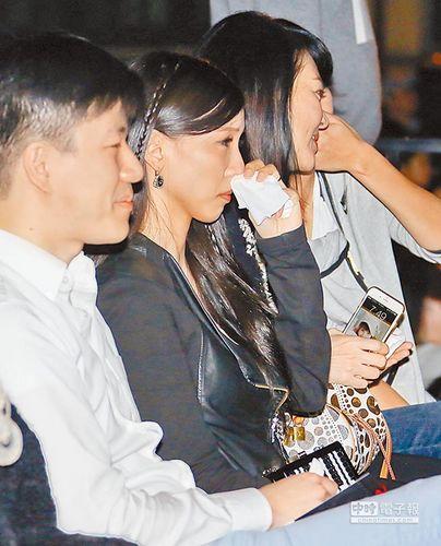 王力宏帮男歌迷求婚妻子感动拭泪(图)
