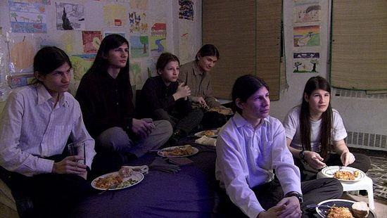 七姐弟被禁足14年在家看5000部电影了解世界(图)