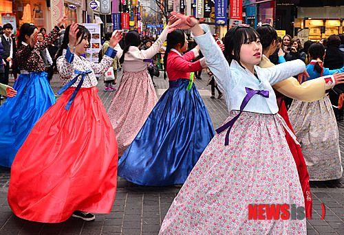 韩高中生情人节在明洞举行快闪活动宣传阿里作文忠高中图片