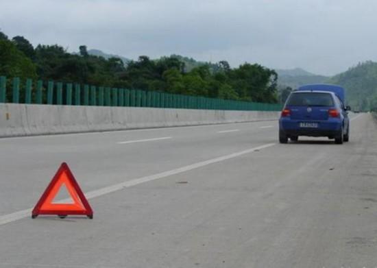 高速路停车休息有讲究 远离服务区出入口