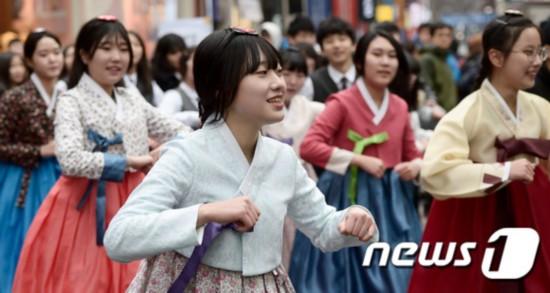 韩高中生情人节在明洞举行快闪活动宣传阿里吗教育免费高中图片