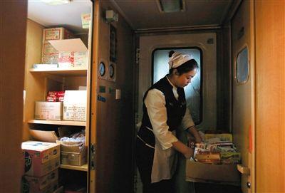2月9日,北京西开往西宁的T175列车,售货员潘雅楠在储藏室整理货物,整趟列车她需要重新装货三四次,用时两三个小时。