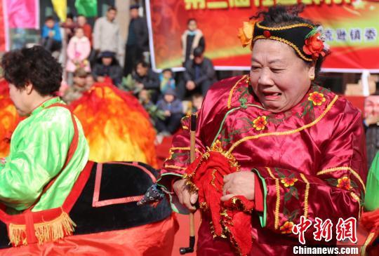 新疆吐鲁番托克逊各族群众齐舞社火迎新春(图)