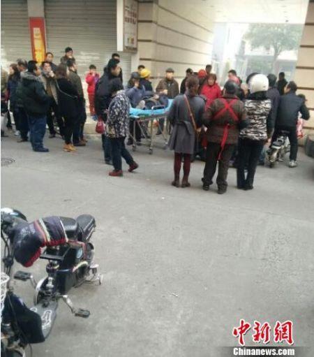 从2月14日中午开始,一段扬州市民上传至网络的讨薪民工在扬州市市政工程有限公司大门口被两名男子暴打后倒地不起的视频引起了社会关注。网友供图。田雯 摄