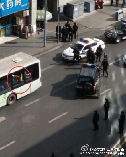 """成都公交车""""劫持人质""""传言不实 嫌疑人已被制服"""