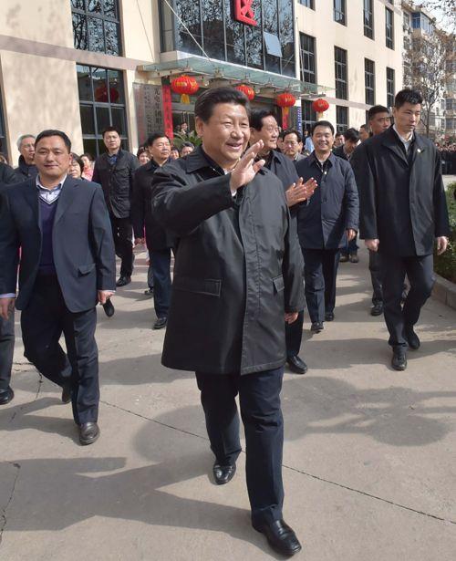 """习近平手持""""三阳开泰""""剪纸向全国人民拜年"""