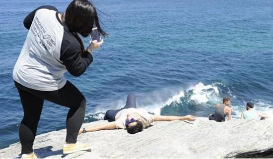 """澳多地现""""不要命""""游客 悬崖边缘玩自拍"""