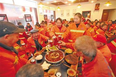 火锅店老板请70多名环卫工吃火锅