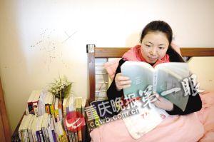 喜爱读书的田吉利床头摆满了书籍