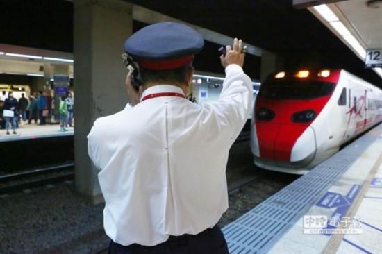 台湾火车半途停驶 起因竟是司机车长吵架