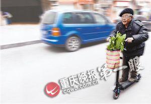 66岁老人踩滑板车买菜
