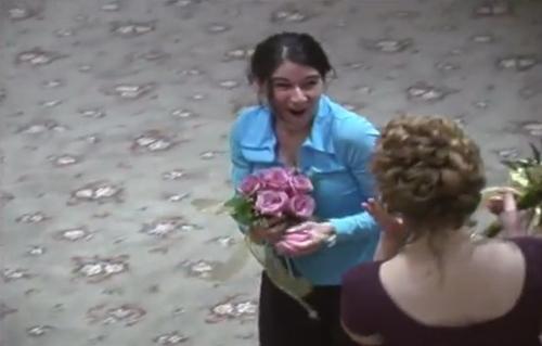 单身女19年来抢到46个婚礼花球申请世界纪录(图)